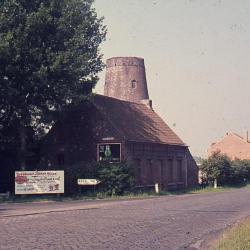 De romp van de Stenen Molen steekt boven de huizen