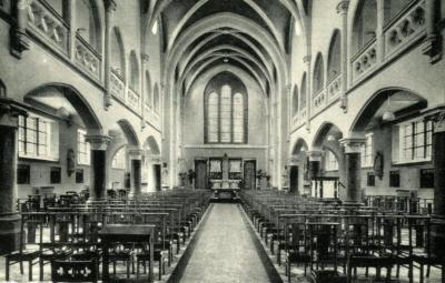 Zicht op het koor en de middenbeuk van de kapel van het klooster Sint-Vincentius a Paulo