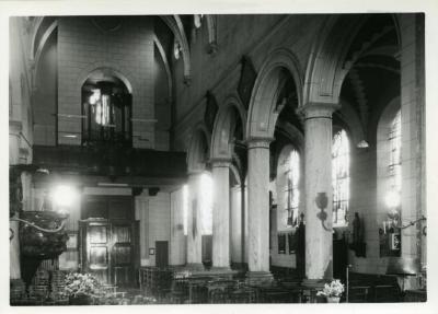 Zicht op het oksaal en het schip van de Leernse kerk
