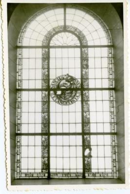 Glasramen met symbolen van de evangelisten in de Leernse kerk