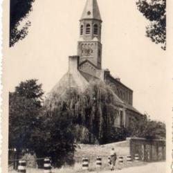 Zicht op kerk en pastorie van Sint-Martens-Leerne