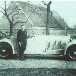 Een Mercedes-sportwagen in de Zeverse Leeuwstraat