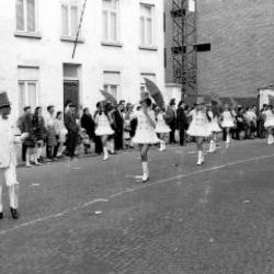 De majorettes van de Deinse Koninklijke Fanfare Ste.Cecilia stappen mee in de Canteclaerstoet