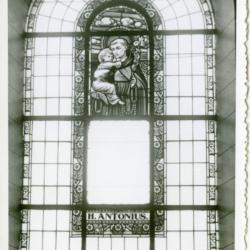 Glasraam van Antonius van Padua in de parochiekerk van Sint-Martens-Leerne