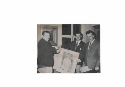Marcel Maes krijgt een geschenk uit handen van burgemeester De Pesseroey