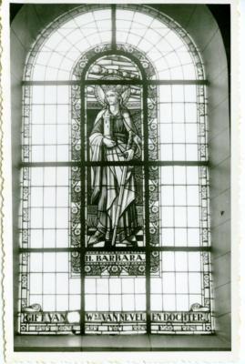 Glasraam van de H. Barbara in de Leernse Sint-Martinuskerk