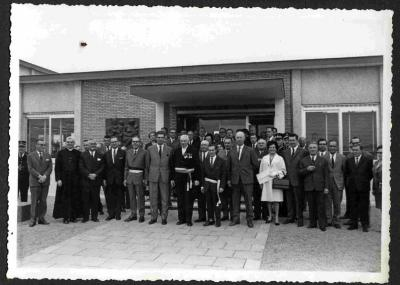 Groepsfoto voor het nieuwe Petegemse gemeentehuis