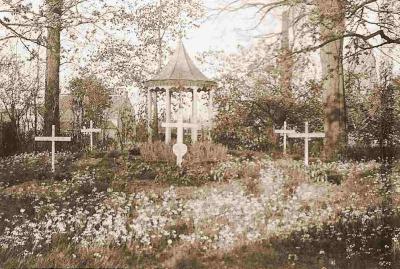 Duitse oorlogsgraven in de tuin van de Machelse kunstschilder Roger De Backer