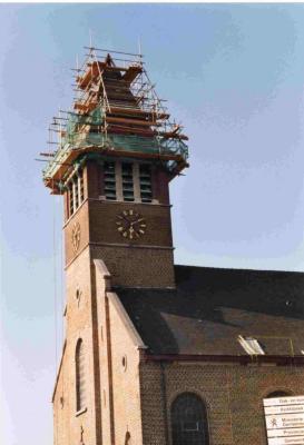 De torenspits van de kerk van Astene in de steigers