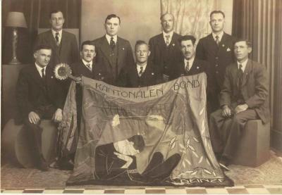De bond der opgeëisten poseert met hun vlag