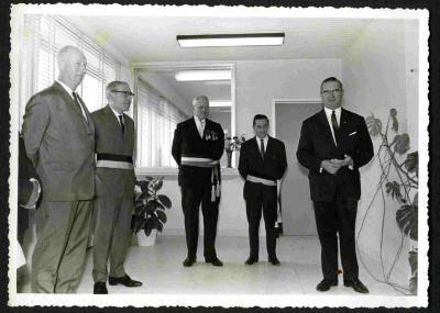 Poseren op de opening van het nieuwe gemeentehuis van Petegem-aan-de-Leie