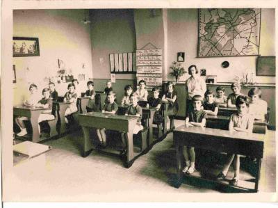 Een klas in de Machelse meisjesschool