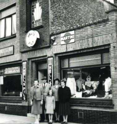 Familie Dobbelaere voor de kledingzaak en café
