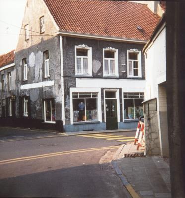 Een 'merceriewinkeltje' in de Deinse Gentpoortstraat