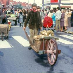 Leurders rijden de Deinse Gentpoortstraat in