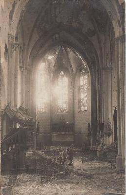 Binnenkant kerk Olsene na beschietingen WO I