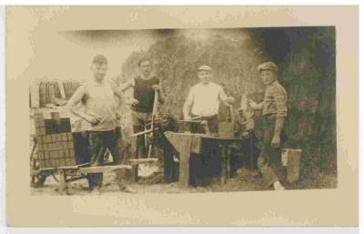 Steenbakkers met hun materiaal