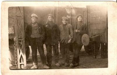 Laden en lossen bij de suikerfabriek, met Hector De Stoop (links), Gavere