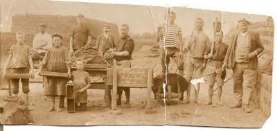 Polydoor Hebbelynck (Vurste) en familie bij steenbakkerstafel