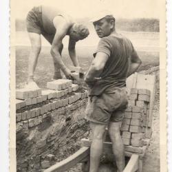 Steenbakkers : Aanvoeren van de stenen voor begin opzetten oven