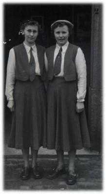 Twee jonge KVLV-dames.