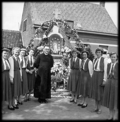 KVLV-dames bij Onze-Lieve-Vrouw-kapel.
