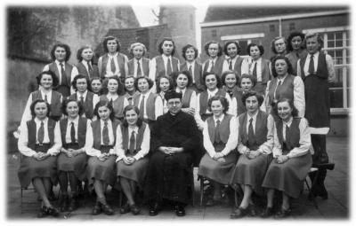 KVLV-dames samen met de pastoor op de foto.