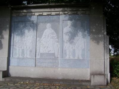 Gedenkmuur op Franse militaire begraafplaats Machelen-aan-de-Leie
