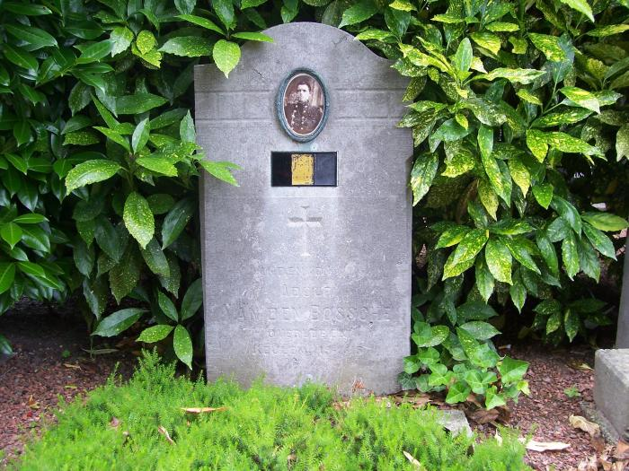 Oorlogsgraf van Albert Van Den Bossche op kerkhof Nazareth