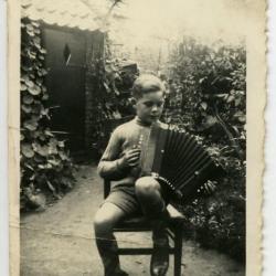 Paul Van den Berge op accordeon in Café In De Klok.