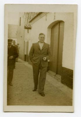 René Van den Berge op weg naar de kerk in Bachte-Maria-Leerne.
