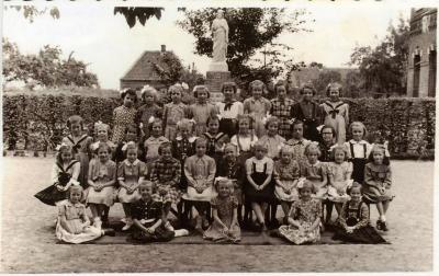 Klasfoto meisjesschool Bachte-Maria-Leerne 1952.