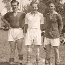 Rufin De Vos (back links), Antoine De Croock (doelman) en Abel Verstraeten (back rechts) van RC Gavere, 1944-1945.