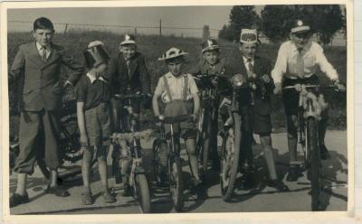 Kinderen op de fiets op Gaverse reuzenstoet