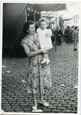 Georgette Van Wonterghem en dochtertje op de kermis