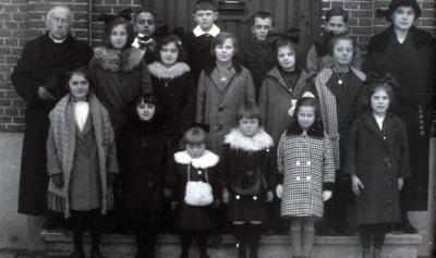 Pastoor De Saedeleir poseert met Hongaarse weeskinderen