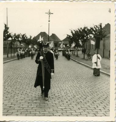 Roger Delbaere poseert als kerkbaljuw