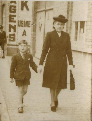 Hervé Huys samen met zijn moeder ter hoogte van fabriek Torck