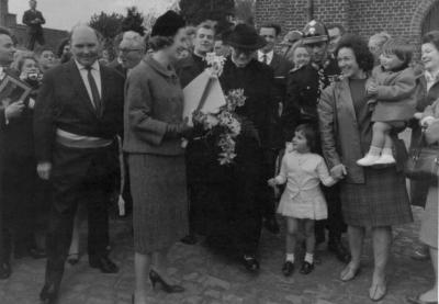 Koningin Fabiola bezoekt de kerk en het kerkhof van Sint-Martens-Latem
