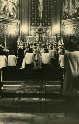Aan het hoofdaltaar van de Nazarethse parochiekerk