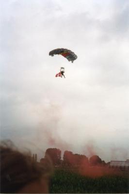 Parachutesprong t.g.v. Verbroederingsfeesten Eke
