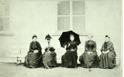 Adellijke dames poseren voor het Eeks kasteel