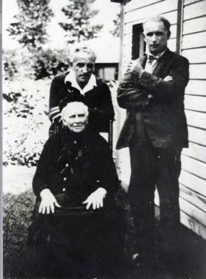 Moeder De Smet-Seranne met haar 2 schilderende zoons
