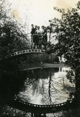 Poseren op het brugje in de tuin van voormalig herenhuis Hipolite Van den Abeele en Augusta Damman