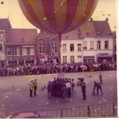 Een geel-rode gestreepte ballon wordt opgelaten