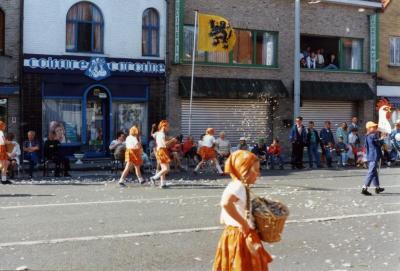 Pluimenmeisjes wandelen langs coiffure Caroline en de Fruithal