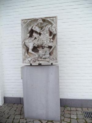 Reliëf met Heilige Martinus aan het gemeentehuis van Sint-Martens-Latem