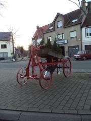 Een oude landbouwmachine in het dorp van Zevergem