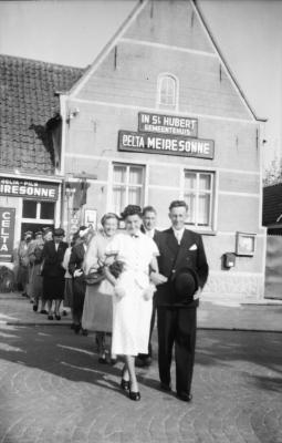Bruiloftstoet wandelt uit het gemeentehuis Vinkt