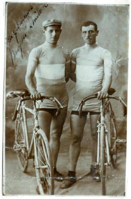 De gebroeders Marcel en Lucien Buysse poseren